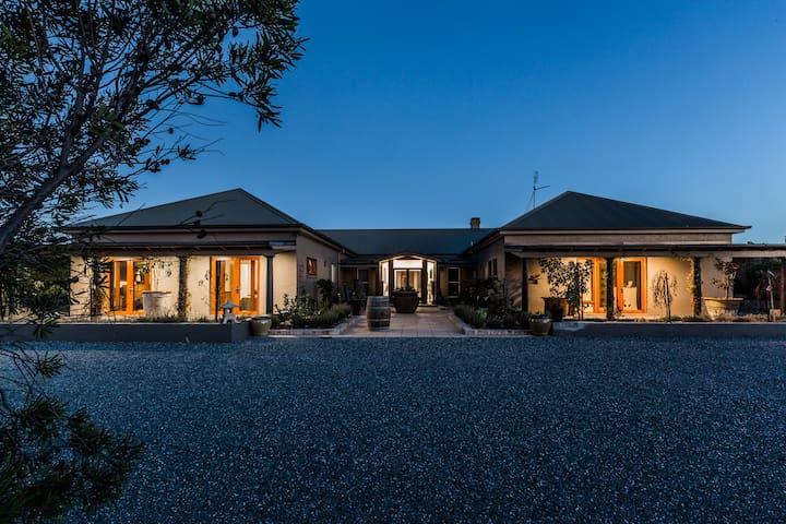 Bathurst Total Luxury  - Large Home  Accomodation