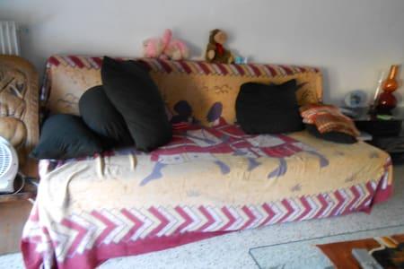 Canapé dans un appartement sécurisé - Marseille