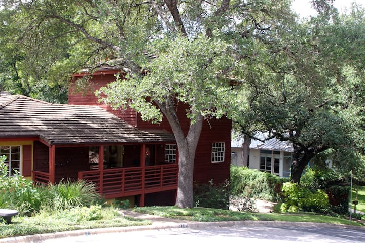 Eclectic 3/2 Treehouse with decks, near lake & DT