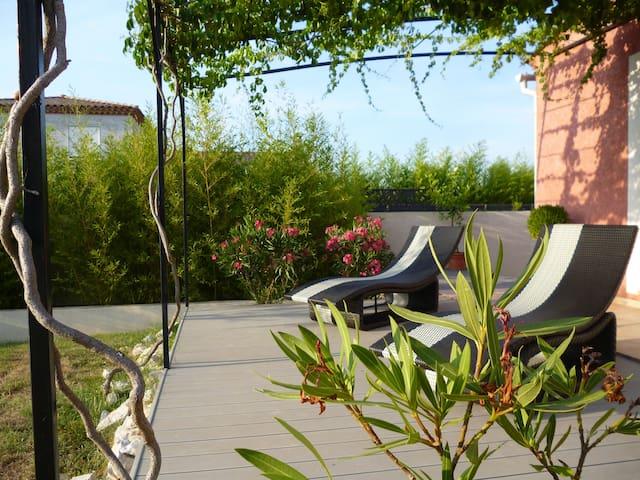 chambre/villa au calme avec piscine - Fons - House