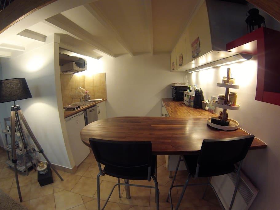 Une cuisine toute équipée. A kitchen all equipped.