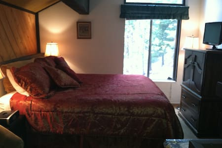 WALK TO VILLAGE & GONDOLA  SLEEPS 4