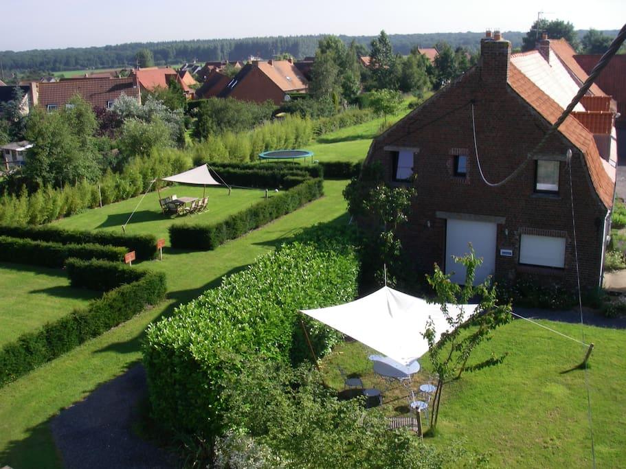 Jardins privatifs dans vaste jardin commun