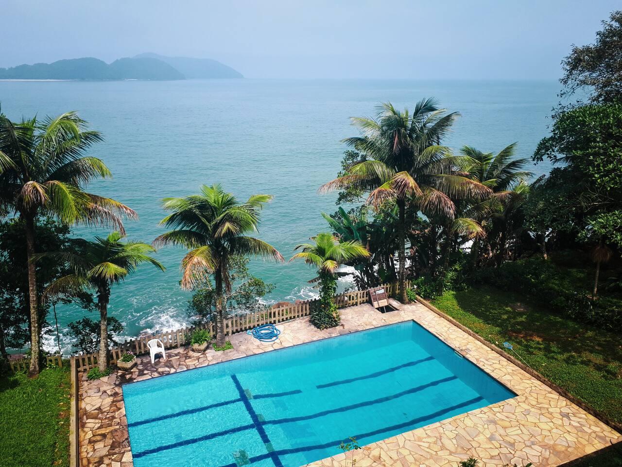 Vista para o mar e piscina do condomínio.