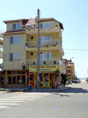 House Taligarov 50m from the sea, private rooms - Pomorie - Huis