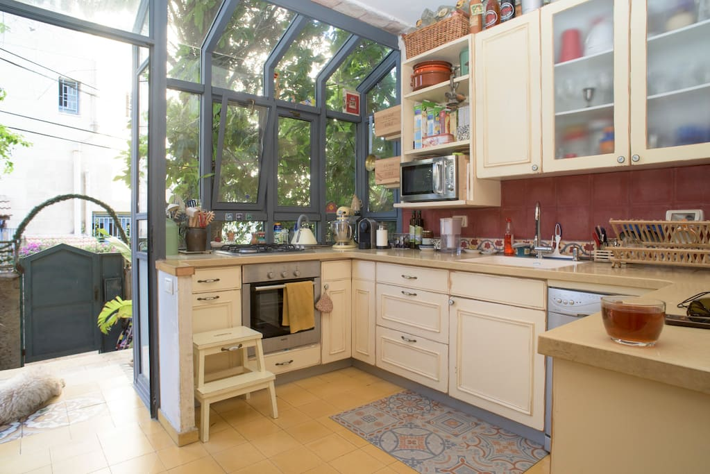 The kitchen with a big window to the garden.