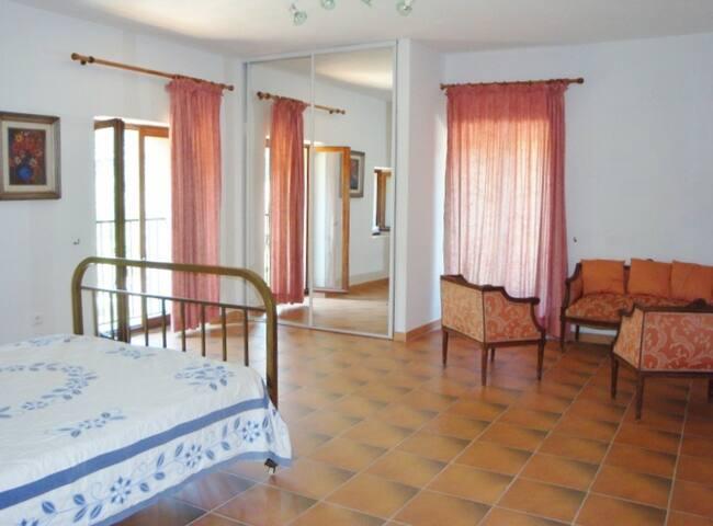 chambre 3 avec son petit salon donnant sur une terrasse et vue sur la rivière