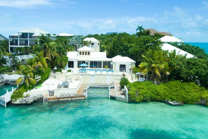 Casa Ananas: Oceanfront Villa (Taylor Bay)