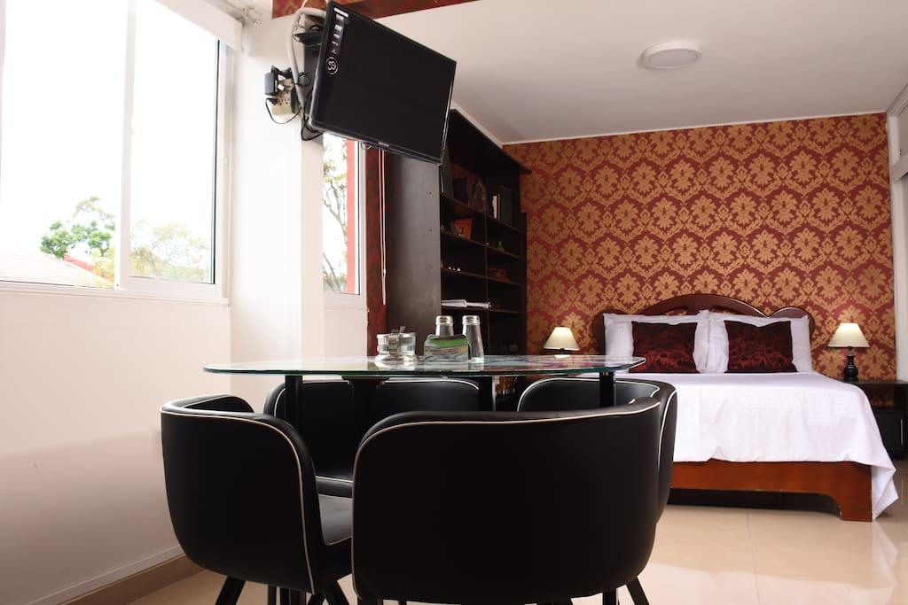 Televisión con cable, internet WIFI, mini sala comedor para 4 personas, cama queen