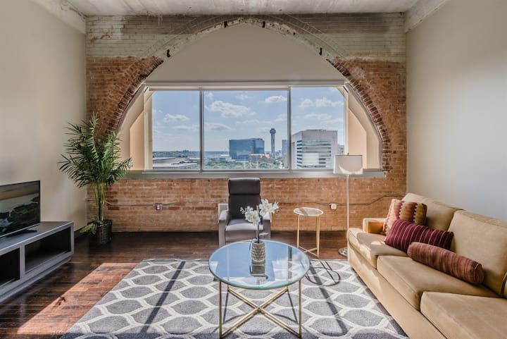 Stylish downtown views   1BR with King bed   Free Valet Parking