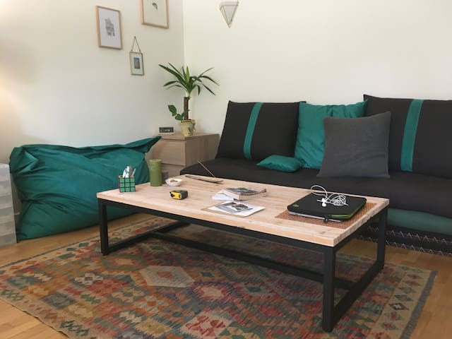 Le canapé est composé de deux futons et de deux tatamis très confortables. Deux personnes peuvent y dormir.