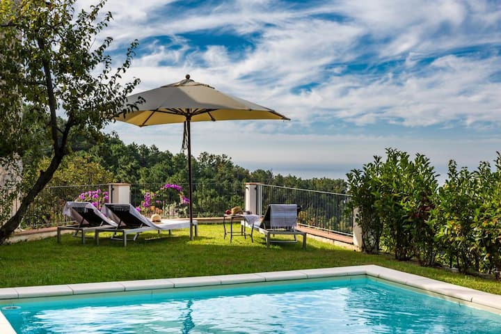 Charming Tuscan villa with stunning seaview & pool