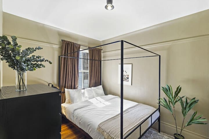 Spacious Queen Room in NOPA
