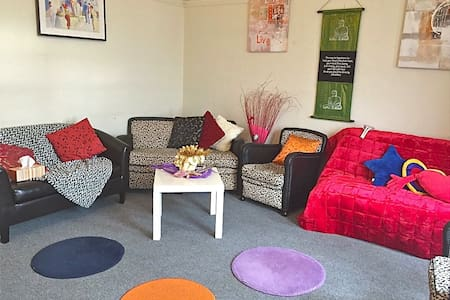 Right on 'Jackson', hub of PETONE - Lower Hutt - Apartament
