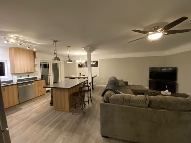 Comfy 3 Bedroom Home in the heart of the Westshore