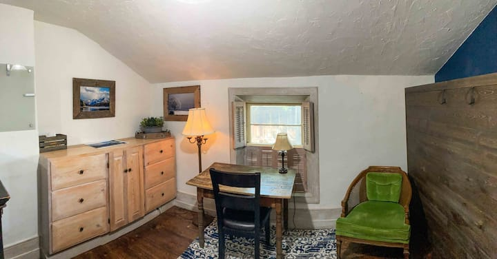 Restored Historic Room- Cozy - Convenient Location