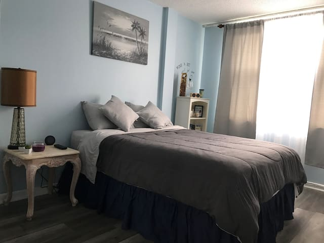 Enjoy your own room 3 min away from the beach!