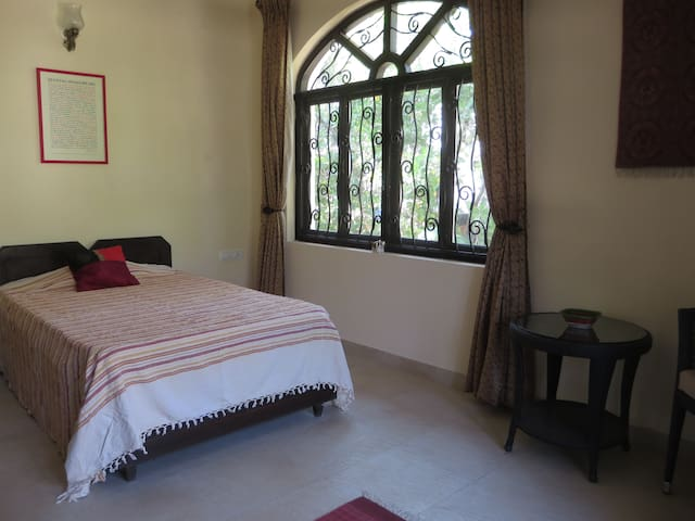 Bed and Breakfast in Corjuem Villa - Red Room - Aldona - Bed & Breakfast
