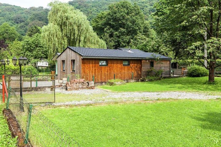 """Acogedora casa de campo situada en el valle del """"Ourthe, no muy lejos del río."""