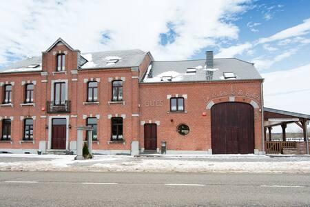 Spacieuse maison soignée et confortable avec terrasse et belle vue