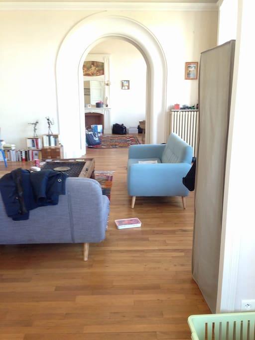 vue traversante depuis l'alcôve sur le  séjour puis la chambre