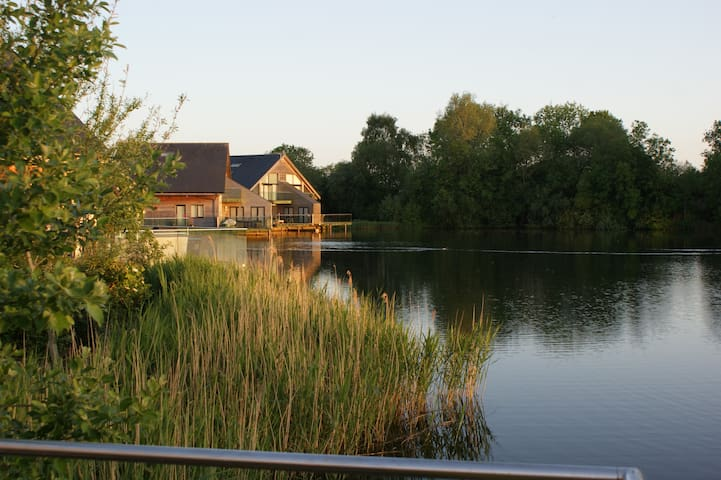 Luxury Lakeside Lodge (heated pool) - Cerney Wick - Дом
