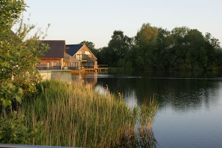 Luxury Lakeside Lodge (heated pool) - Cerney Wick