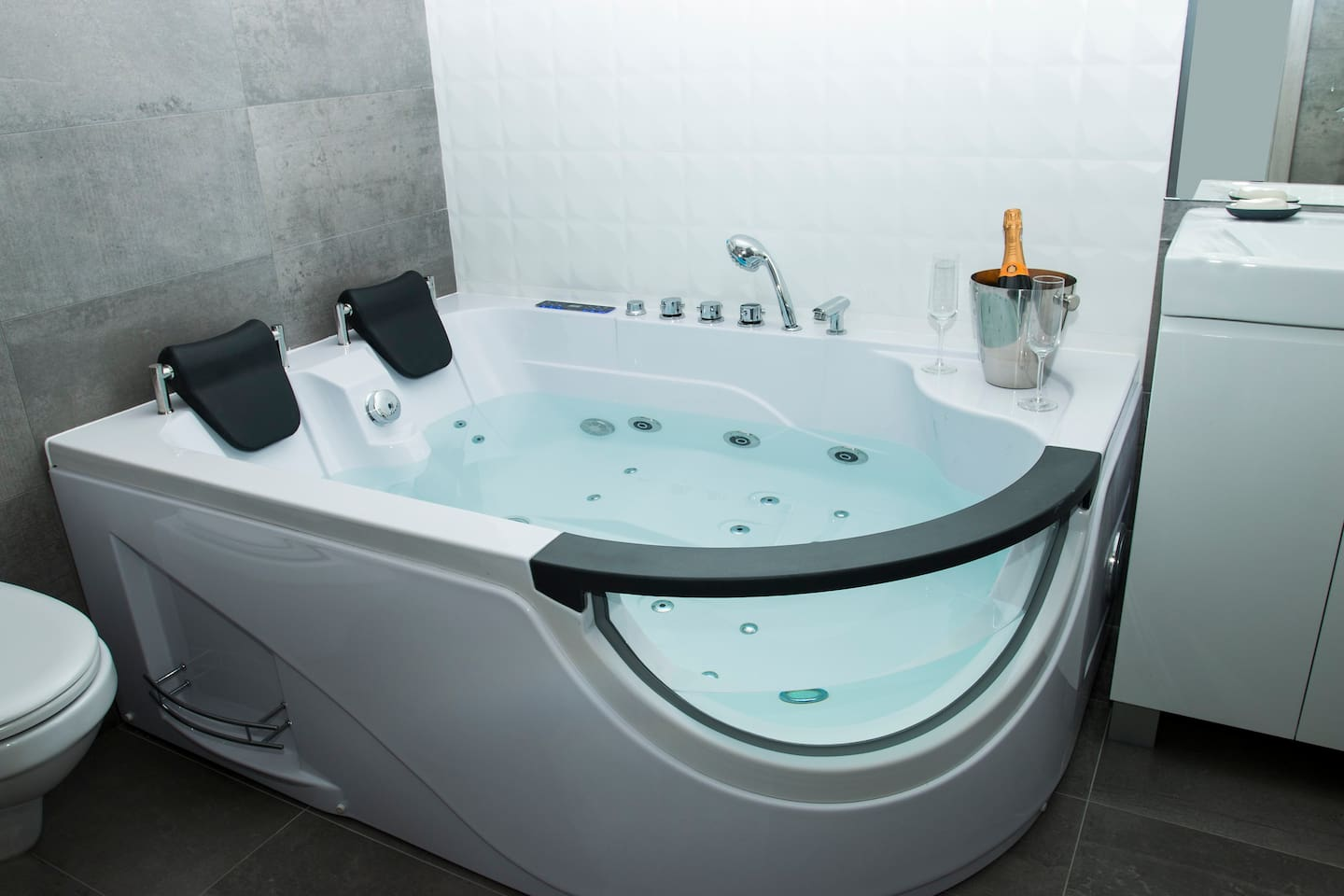 Main Square Big Room With Jacuzzi Bath - Serviced flats for Rent in ...