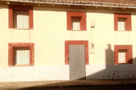 CASA DE CAMPO EN UN PUEBLO DE LEÓN - El valle de las casas