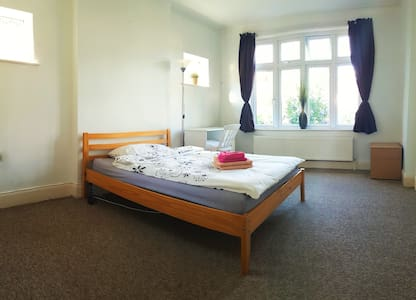 HUGE room close to Central London - Ilford