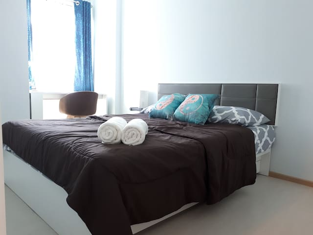 Bright, Modern Room in City Center - free parking