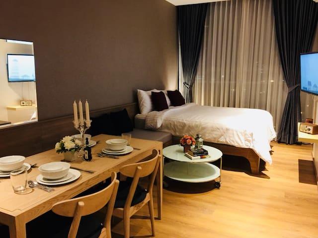 豪华公寓,曼谷CBD,50层无边泳池,特价优惠,距离BTS Phrom Phong站步行几分钟