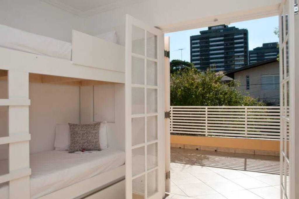 Quarto 6 camas com varanda