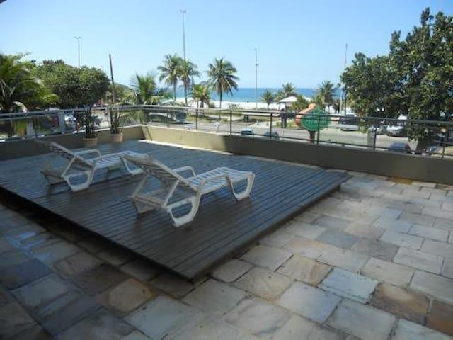 Flat em frente a praia da Barra
