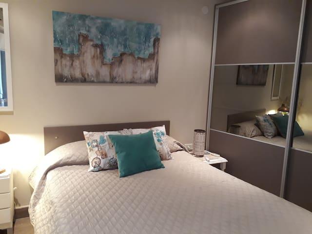 Habitación con cama funcional y placard embutido de puertas corredizas
