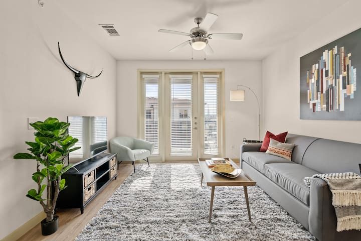 Kasa | Dallas | Alluring 1BD/1BA Medical District Apartment