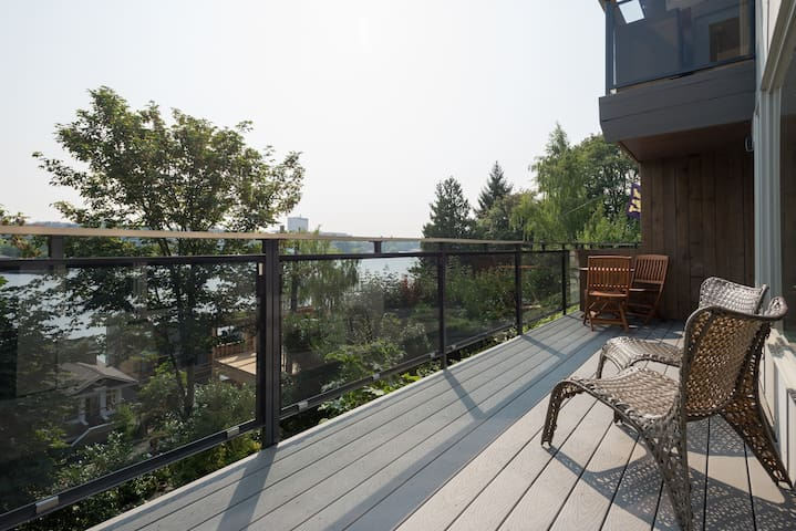 Chic 1 Bed with Lake and UW Campus View