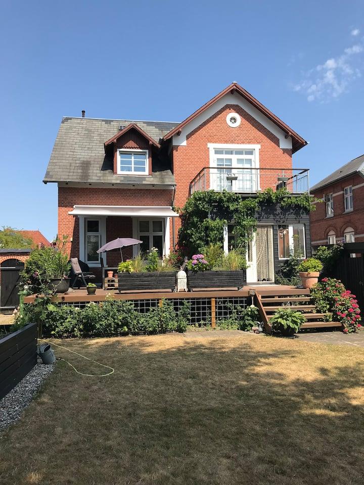 Kælderetage i ældre villa - i hjertet af Odense