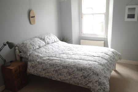 Central Double Bedroom Near Beaches - Falmouth - Townhouse
