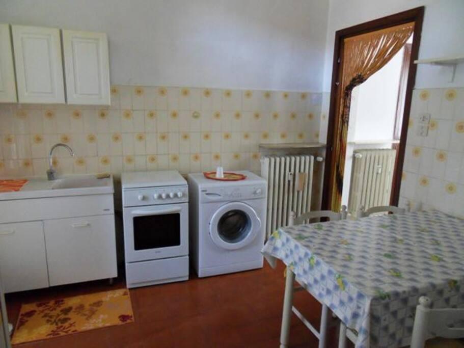 Cucina attrezzata con lavatrice