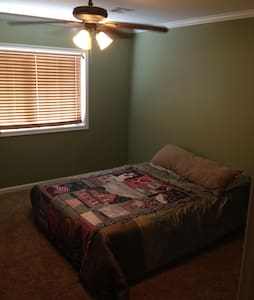 Two upstairs bedrooms available - Lafayette - Casa