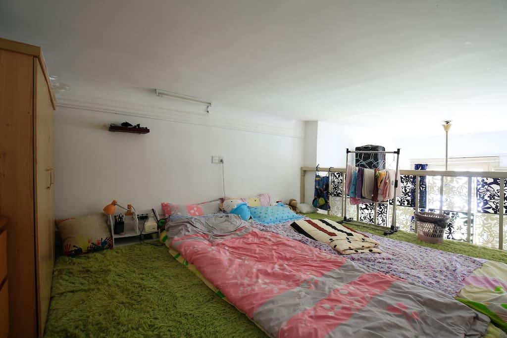 楼上,榻榻米,可住2-3人,层高1.6米,适合睡觉休息,有电视
