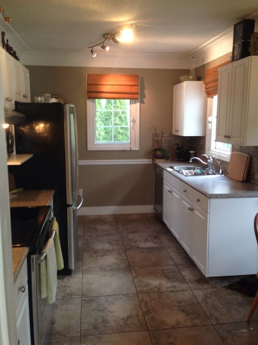 Large fully stocked kitchen with oven, microwave, dishwasher. I also have a reverse osmosis filtered water tap by the sink as it gets pretty hot in Kelowna during summer! Make sure you stay hydrated!