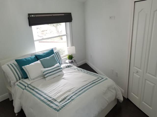 Cozy room in beautiful Hacienda in Miramar, Fl