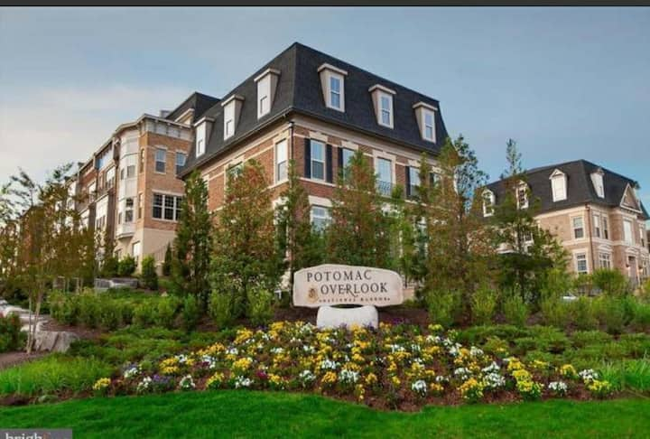 Private Master Bedroom in luxury National Harbor