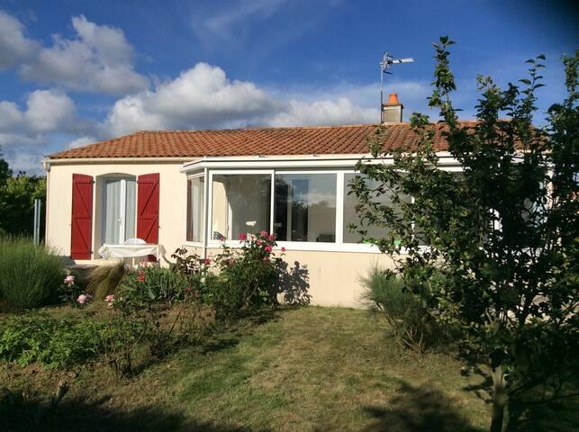 Maison de 80 m2 avec véranda et terrasse.