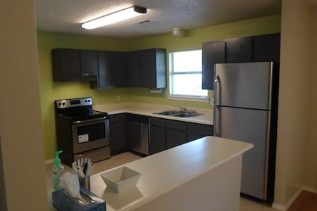 Sunny 2br Duplex close to UofA - Fayetteville - 公寓
