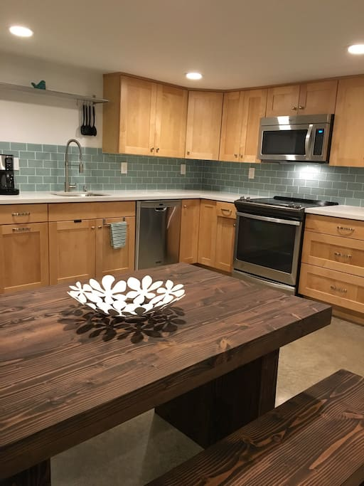 Full size kitchen, new stainless appliances.