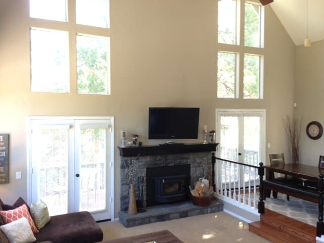 Updated, open, bright, w/ lake pass - Lake Arrowhead - Dom