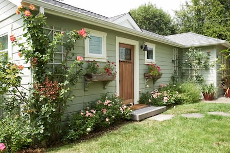 HoneyBee Guest House- Walk Downtown - Fairfax - Hus